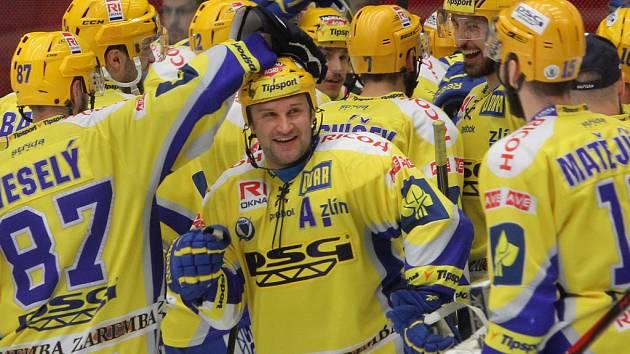 Hokejisté Zlína se radují z vítězství nad Plzní.