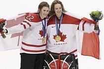 Hokejistky Kanady Hayley Wickenheiserová (vlevo) a Shannon Szabadosová se zlatými olympijskými medailemi.
