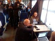 Prezidentský kandidát Michal Horáček mezi cestujícími ve vlaku