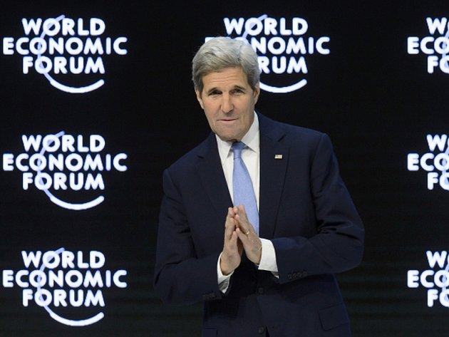 O třetinu by mělo mezinárodní společenství letos navýšit finanční pomoc obyvatelům válkou sužované Sýrie. Na světovém ekonomickém fóru v Davosu k tomu dnes vyzval americký ministr zahraničí John Kerry.