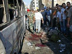 Krvavý atentát na autokar v libanonském Tripolisu si vyžádal šestnáct mrtvých a desítky zraněných.