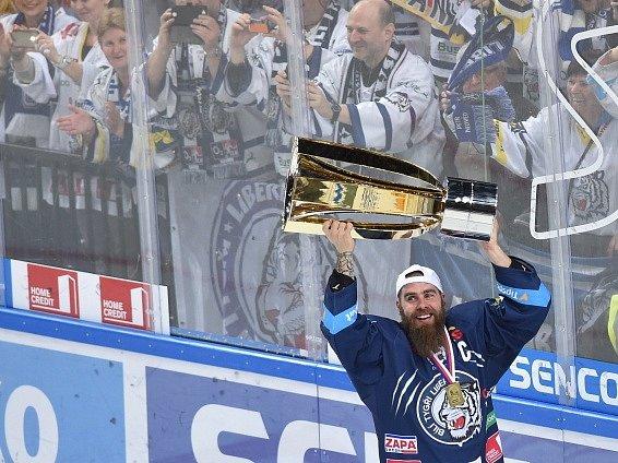 Liberec pokořil Spartu. Kapitán Jan Výtisk s trofejí