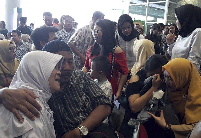 Příbuzní cestujících, kteří zahynuli.