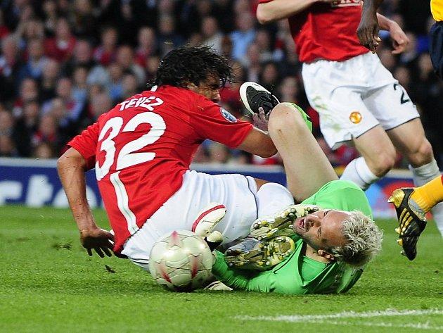Carlos Tevéz z Manchesteru (vlevo) tvrdě atakuje gólmana Almuniu.