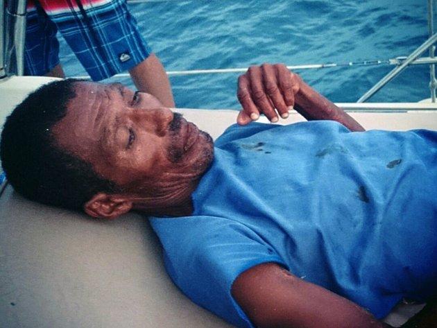 Když Mexičan Raymundo Rodríguez před dvěma týdny vyplouval se společníkem na moře lovit ryby, jistě nečekal, na jak dlouho si pobyt na hladině nedobrovolně prodlouží.