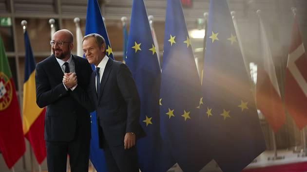 Odcházející předseda Evropské rady Donald Tusk (vpravo) a jeho nástupce Charles Michel (vlevo).