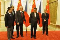 Miloš Zeman, čínský prezident Si Ťin-pching (druhý zprava), Jie Ťien-ming (vlevo), a tlumočník Vít Vojta. V Pekingu září 2015.