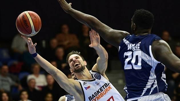 Utkání 8. kola skupiny C basketbalové Ligy mistrů: Nymburk - Dijon, 11. prosince 2018 v Nymburku. Vojtěch Hruban z Nymburka a Gavin Ware z Dijonu (vpravo).