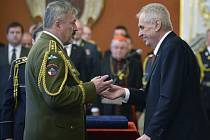 Prezident Miloš Zeman (vpravo) jmenoval Aleše Opatu armádním generálem.