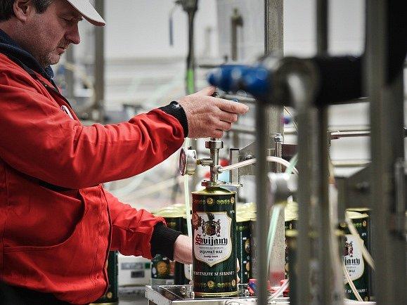 Pivovar Svijany začal nabízet pivo ve dvoulitrových uzavíratelných plechovkách.