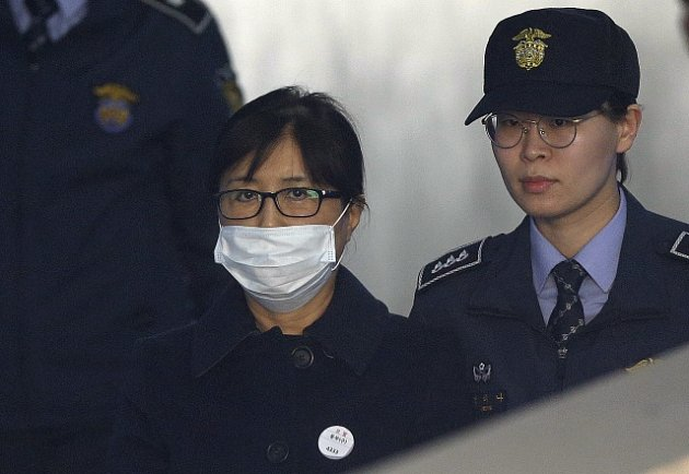 Čche Son-sil při příchodu k jihokorejskému soudu