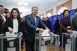 Hlasovací lístek vhodil do urny i dosavadní prezident a kandidát Petro Porošenko