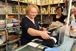 """Růžena Mašková majitelka obchodu s domácími potřebami v Bezručově ulici v Plzni.""""Je to samozřejmě pomalejší, takže zákazník musí déle čekat na účtenku a hlavně musím na zadávání dávat pozor, protože jakmile to odkliknu, už je to v systému. Vše nám funguje"""