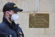 Policista před ruskou ambasádou v Praze.