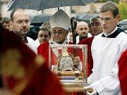 Kardinál Miloslav Vlk doprovází lebku sv. Václava na pouti ve Staré Boleslavi.