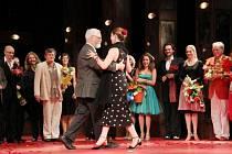 V sobotu 8. června se v Divadle ABC konala dlouho očekávaná premiéra Drž mě pevně, miluj mě zlehka. Čestným hostem byl autor románové předlohy Robert Fulghum, který si během závěrečné děkovačky zatančil argentinské tango nejen se svojí ženou Willow Bader.