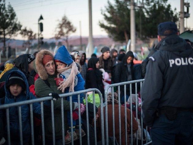 V Idomeni uvázlo 13.000 až 14.000 lidí, dalších až 7000 jich přebývá v uprchlických táborech v okolním regionu.