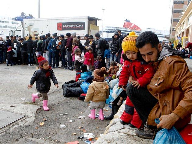 Řecké úřady nejsou schopné udržet pod kontrolou tisíce uprchlíků, kteří se dostali do země a chtějí pokračovat dál v cestě po takzvané balkánské trase dál do středu Evropy.