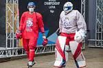 Čeští hokejisté (Robin Hanzl a Roman Will) cestou na trénink.