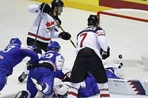 Kanaďan Anthony Cirelli (vzadu) střílí gól v zápase hokejového mistrovství světa proti Slovensku