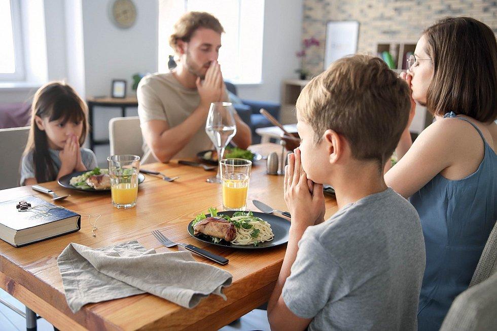 Společné posezení u jídelního stolu má pro fungování rodiny velký význam. Vyplatí se na to myslet a pravidelně takto hodovat. Můžeme to spojit s nějakým dalším rituálem (nikoli nutně modlením).