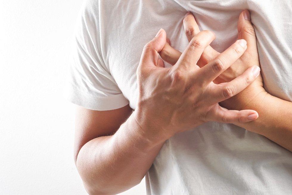 Mezi nejčastější příznaky fibrilace síní patří nepravidelné, rychlé bušení srdce, svíravý pocit na hrudi nebo únava.