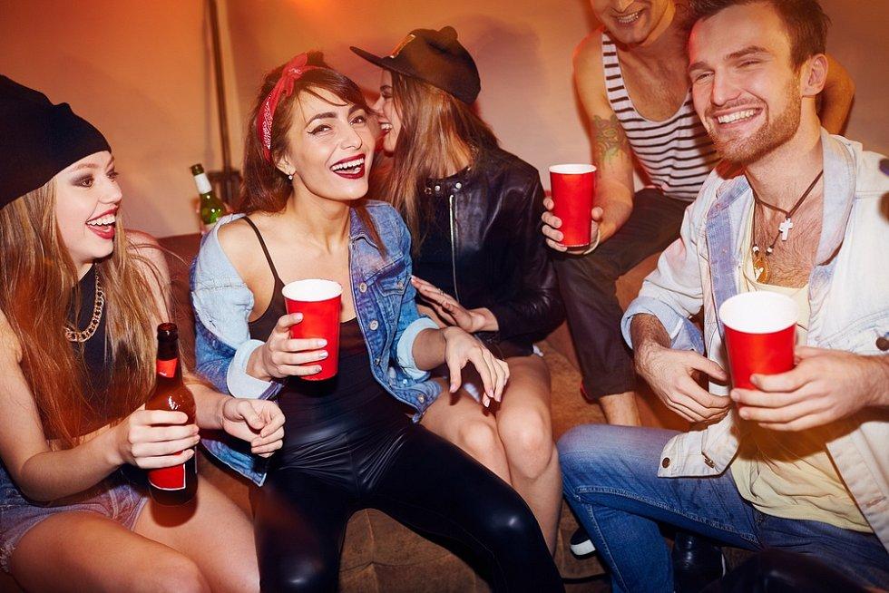 Dalšími zvuky, které zhoršují sousedské vztahy, bývá nahlas puštěná hudba nebo televize.