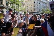 Lidé demonstrují před budovou Českého rozhlasu proti premiéru Andreji Babišovi. Ten přišel uctít památku padlých v srpnu 1968.