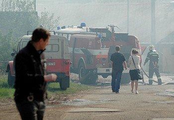 Nejhorší obavy hasičů, kteří zasahovali celé nedělní odpoledne při požáru na trutnovském Bojišti se vyplnily. O půl osmé večer hasiči nalezli u stěny ve skladu slámy těla dvou uhořelých dětí. Z ohně se podařilo uniknout třináctiletému chlapci, který byl p