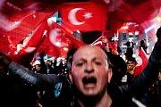 V soutěži Czech Press Photo v kategorii Aktualita vyhrála fotografie Roberta Barky Ano Erdoganovi, Ne demokracii. Zachycuje davy příznivců prezidenta Erdogana v nočních ulicích po volbách v Turecku.