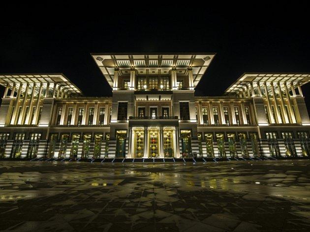 Turecký prezident Recep Tayyip Erdogan u příležitosti státního svátku otevřel na předměstí hlavního města Ankary nový gigantický prezidentský palác.