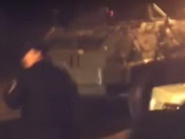 Opilí vojáci se projížděli po městě v obrněném voze.