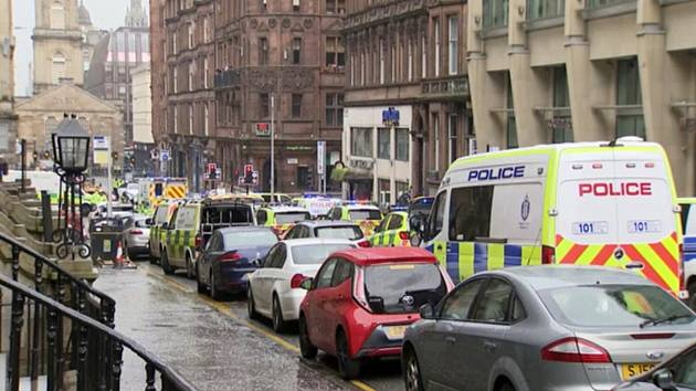 Policejní vozidla u místa incidentu v centru skotského Glasgow, kde útočník v hotelu ubodal tři lidi.