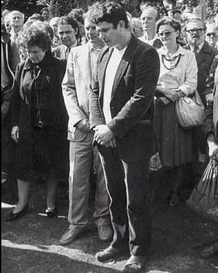 Shromáždění v Lánech během pietního aktu k padesátému výročí od úmrtí Tomáše Garrigua Masaryka. Zde se paní Jiřina poprvé seznámila s československými disidenty. V popředí Václav Malý