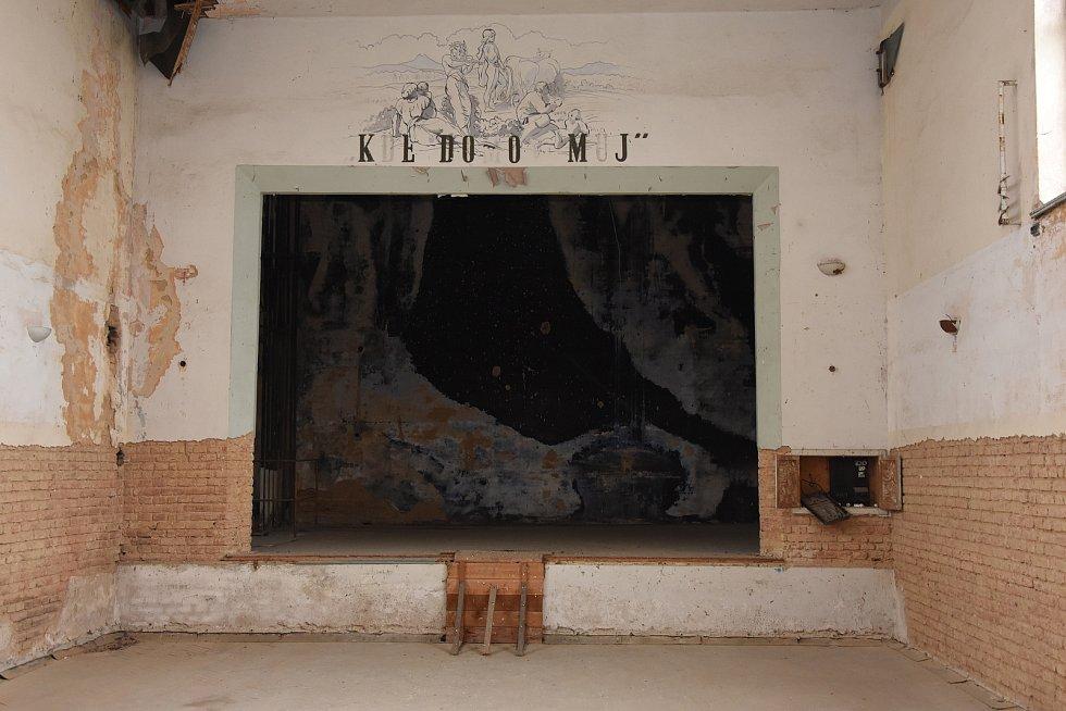 Smutný pohled na sál, který vznikl za vydatné pomoci hrdých Čechů první republiky.
