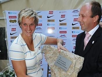 Barbora Špotáková právě přijímá neobvyklý dar.
