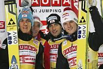 Rakouští skokané na lyžích (zleva Schlierenzauer, Kofler, Loitzl a Morgenstern) se radují z vítězství v úvodním závodě družstev SP.