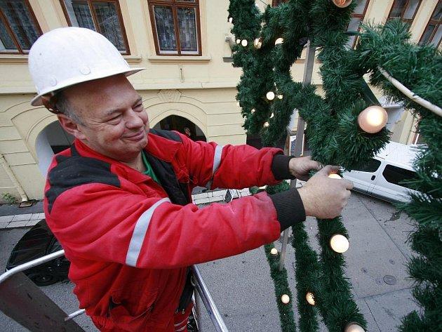 Od pondělka začali pracovníci firmy Eltodo Citelum rozmisťovat po českobudějovických ulicích tradiční vánoční výzdobu.
