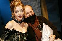 Na rozloučení se zesnulým slovenským režisérem Josefem Bednárikem (na snímku s Dashou coby Angelikou) nechyběli čeští umělci, Badnárik pracoval často v Česku, na operách i muzikálech.