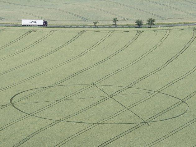 Úštěk - kruhy v obilí místního zemědělce se objevily koncem týdne a jsou viditelné z vrchu Kalvárie.