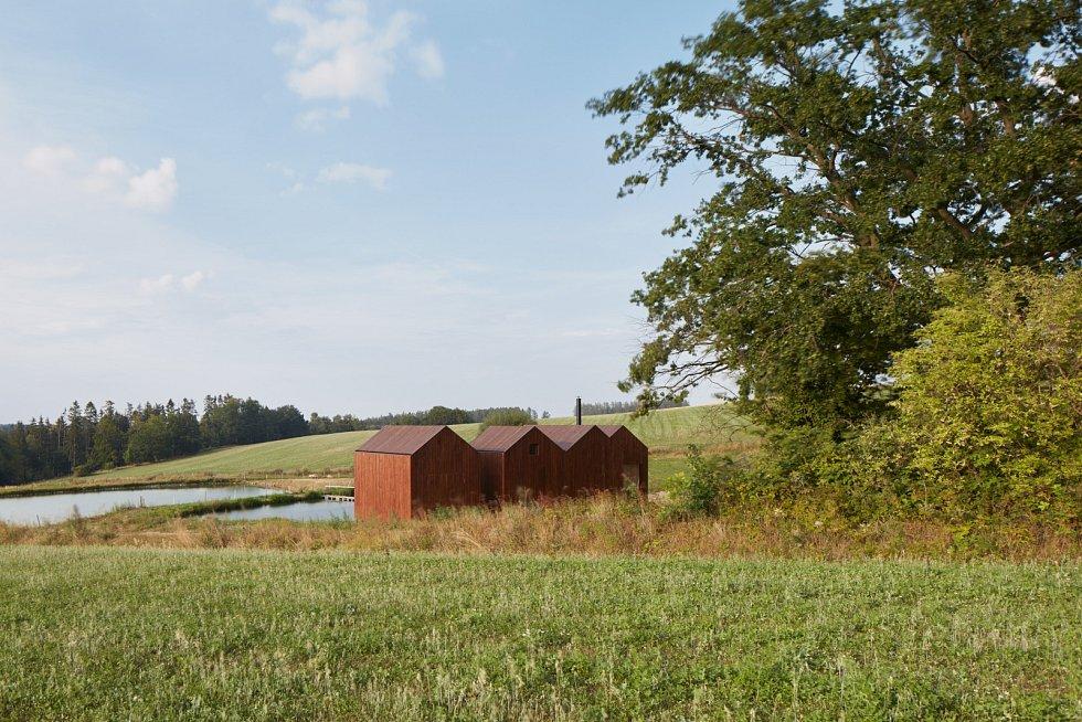 Tradiční rybářské boudy inspirovaly architektka Jiřího Weinzettla a jeho kolegy z Ateliéru A111, když hledali podobu pro chatku na břehu rybníka, zasazeného v malebné krajině Vysočiny.