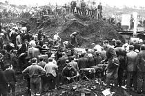 Obyvatelé Aberfanu odklízejí hlínu po tragickém sesuvu.