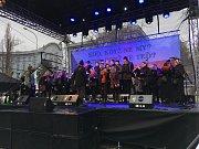 Zpěv studentské hymny Gaudeamus na Albertově