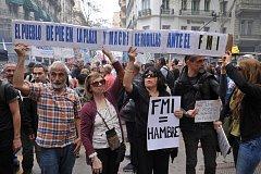 Lidé v hlavním městě Argentiny Buenos Aires protestují proti úsporným opatřením prezidenta Mauricia Macriho