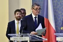 Zprava premiér Andrej Babiš, ministr spravedlnosti Robert Pelikán a ministr vnitra Lubomír Metnar přicházejí na tiskovou konferenci po schůzi vlády 22. prosince 2017 v Praze.