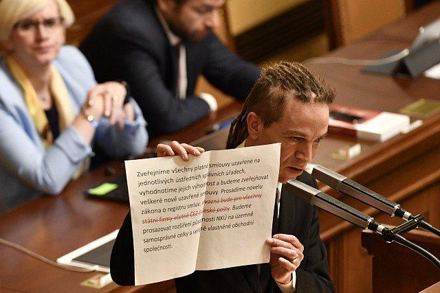 Předseda Pirátské strany Ivan Bartoš (vpředu) vystoupil při rozpravě na jednání poslanecké sněmovny, která 10. ledna v Praze projednávala žádost vlády Andreje Babiše o vyslovení důvěry.