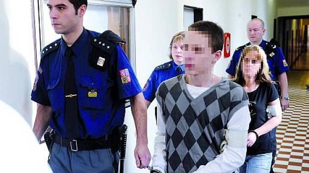 Za žhářský útok na domek Romů v ostravské osadě Bedřiška Vrchní soud v Olomouci udělil přísnější tresty. Mladík, který má útok podle soudu na svědomí, si místo podmíněného trestu odpyká ve vězení čtyři roky. Jeho matka 7,5 roku.