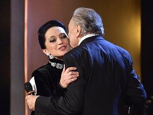Absolutním Českým slavíkem se 25. listopadu stala zpěvačka Lucie Bílá. Cenu jí předal Karel Gott (vpravo), který vyhrál kategorii Zpěvák už po dvaačtyřicáté.