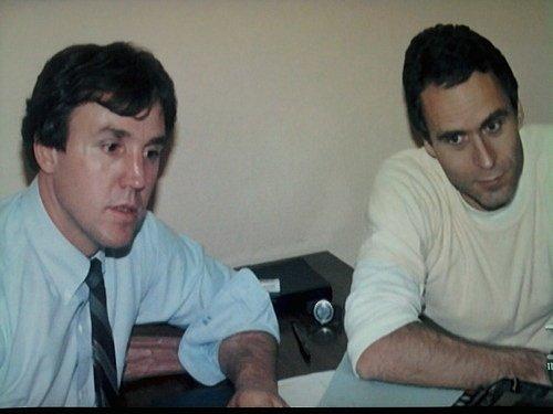 Zvláštní agent William Hagmaier (vlevo) a sériový vrah Ted Bundy (vpravo) při jednom z rozhovorů těsně před Bundyho popravou.