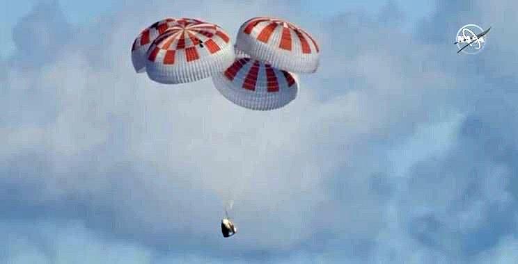 Do Atlantiku se Crew Dragon snesla na čtyřech padácích.